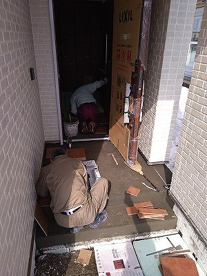 玄関タイル施工(旭川近郊の工務店ならミヤザキホーム)