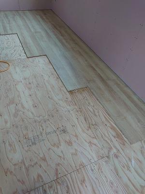 フロアー材貼り(旭川近郊の工務店ならミヤザキホーム)