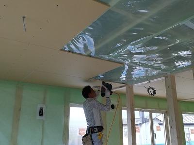 天井ボード施工(旭川近郊の工務店ならミヤザキホーム)