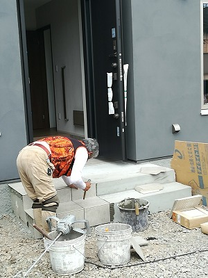 玄関・ポーチタイル施工(旭川近郊の工務店ならミヤザキホーム)